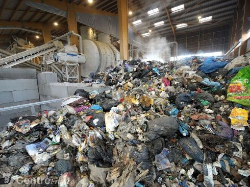 Les sacs d'ordures ménagères sont déposés sans tri préalable.? - photos Bruno Barlier